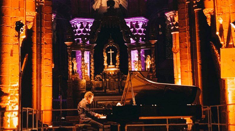 Jacky Terrasson à son piano dans le choeur illuminé de la Basilique